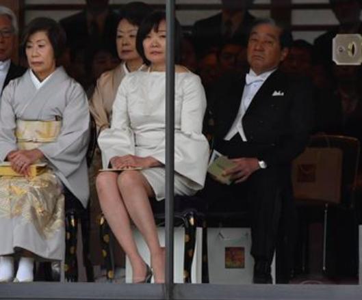 昭恵夫人の白いドレスが話題に!スカートが短すぎ?ドレスコード